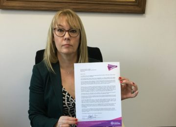 Ali Stunt holding a letter to Jeremy Hunt asking for a meeting to discuss change for pancreatic cancer